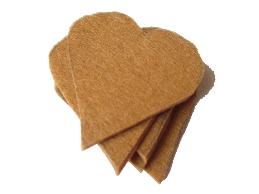 Plätzchen aus Filz nähen, die Herzen werden aus Filz ausgeschnitten,
