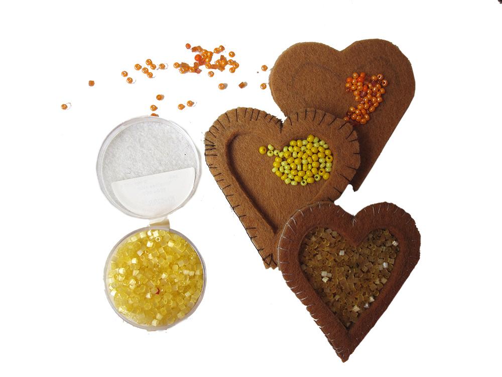 kleine Perlen auf Filz sticken, nähen mit der Hand, Plätzchen aus Filz nähen, Filz Ornament,