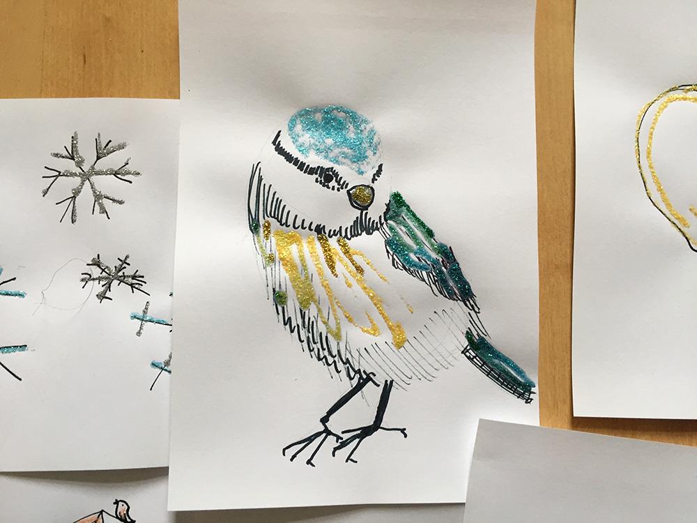 Federzeichnung mit farbigem Glitzerkleber, Freihandzeichnung Vogel, Zeichnung mit Feder Blaumeise, Meise gezeichnet,