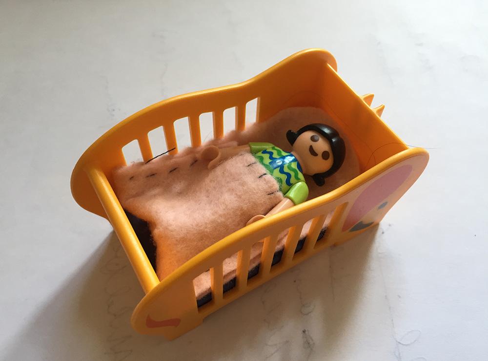 nähen mit Kindern, Kinder basteln Geschenke für andere Kinder, Filz mit der Hand nähen, einfache Projekte für Kinder, einfacher Schlafsack für Puppen nähen, Vorlage Puppenschlafsack,