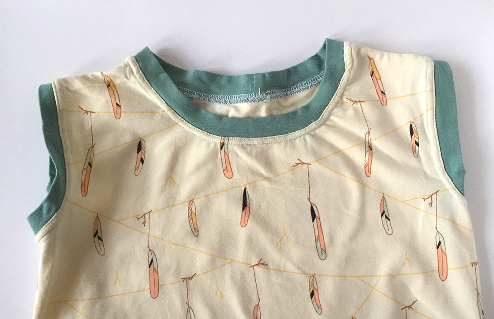einfaches Kinderkleid nähen, Kleidung für Kinder nähen, Nähen für Anfänger, saubere Halsausschnitte bei dehnbaren Stoffen,